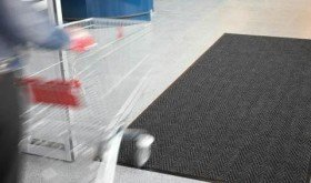 Letselschadevergoeding voor niet vastgelegde kletsnatte deurmat in supermarkt